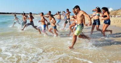 На пляжах Израиля насильно отбирают алкоголь