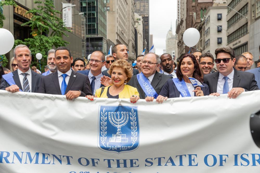 Нью-Йорк - июнь 2018 года (Министр науки Офир Акунис, министр культуры Мири Регев, генеральный консул Дани Даян, отправляется на празднование парада Израиля 70 и Сабаба на 5-й авеню
