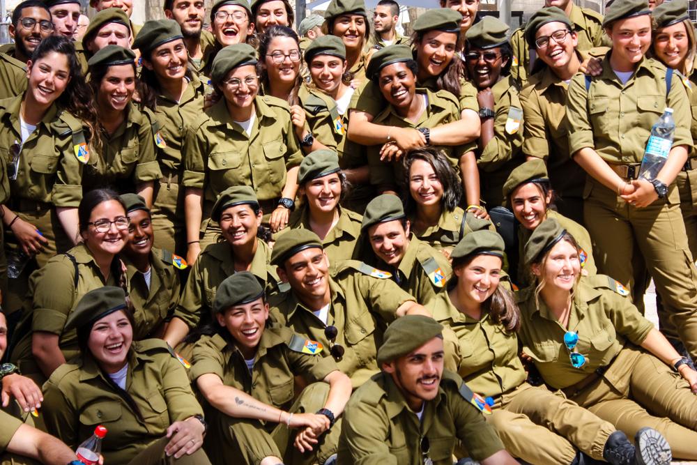 Армия Церемония бракосочетания израильских солдат на западной стене в старой части Иерусалима вечером