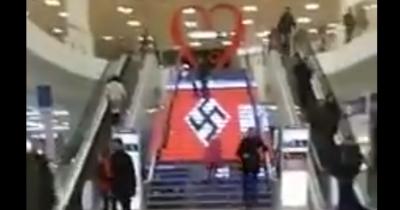 Лестница в торговом центре Украины украшена гигантским символом похожим…