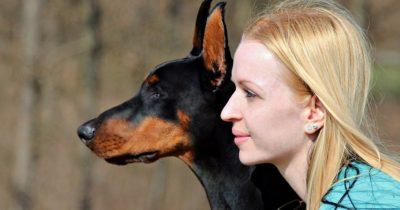 Хозяйка начала кусать полицейских вместе с своей собакой