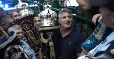 Полиции удалось найти украденные, уникальные свитки Торы и вернуть их в синагогу.