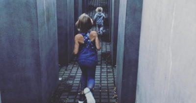 Дети Пинк резвятся на мемориале жертвам катастрофы. Но певица считает, что это нормально
