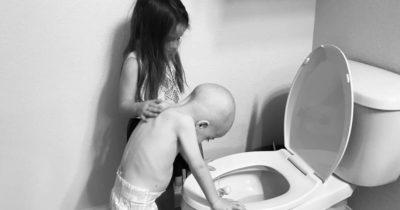 Фото девочки, с больным братом, облетело весь мир