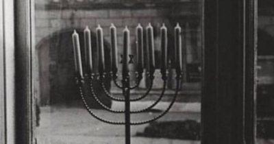 Иегуда Мансбух смог сберечь ханукию, которая когда-то горела под натиском зла напротив нацистских флагов