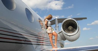 Украинка решилась проветриться на крыле самолета